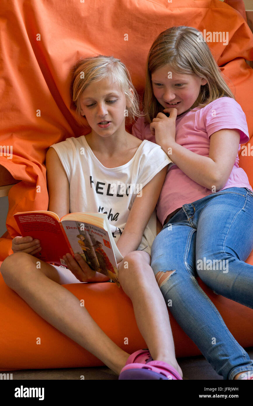 pupils reading at primary school - Stock Image