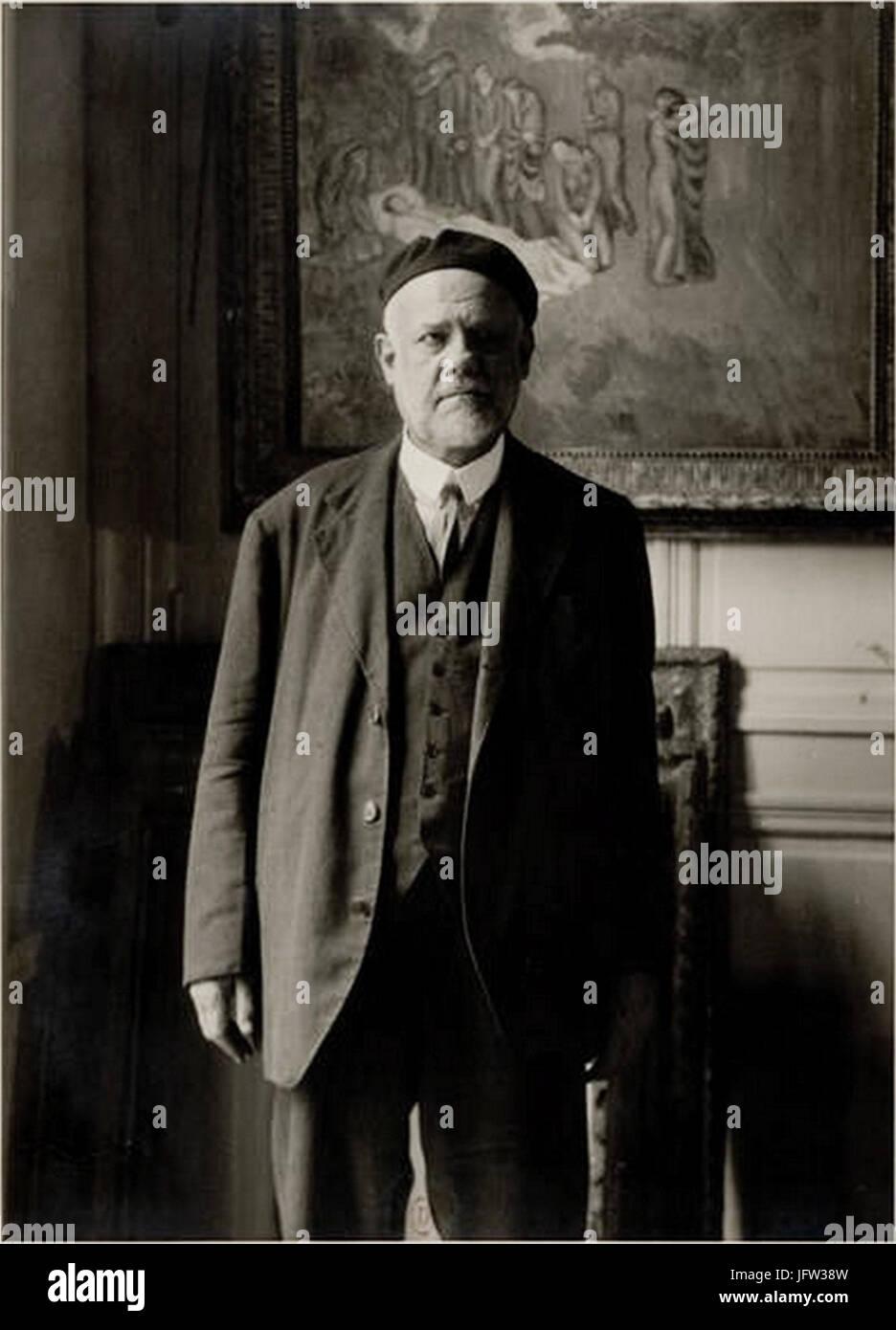 Ambroise Vollard, standing in front of Picasso's Evocación. El entierro de Casagemas - Stock Image