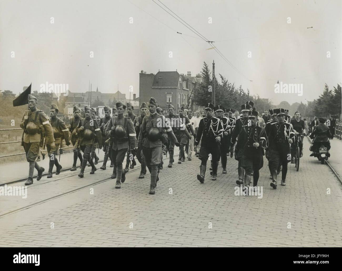 Een detachement van de Koninklijke Marechaussee passeert een detachement Nederla - F40801 - KNBLO - Stock Image