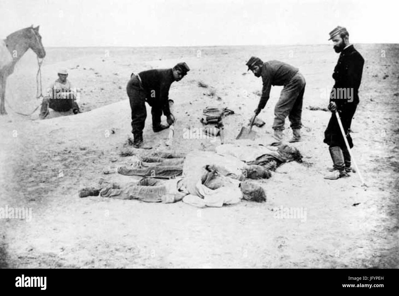 Fotografía de hombres muertos en el campo de La Alianza durante la Guerra del Pacífico en 1879. - Stock Image