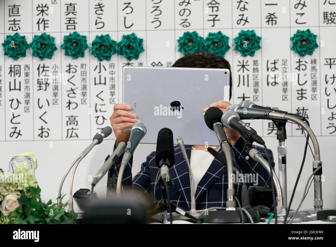 Tokyo Governor Yuriko Koike takes pictures of the media at the Shinjuku Washington Hotel on July 2, 2017, Tokyo, - Stock Image