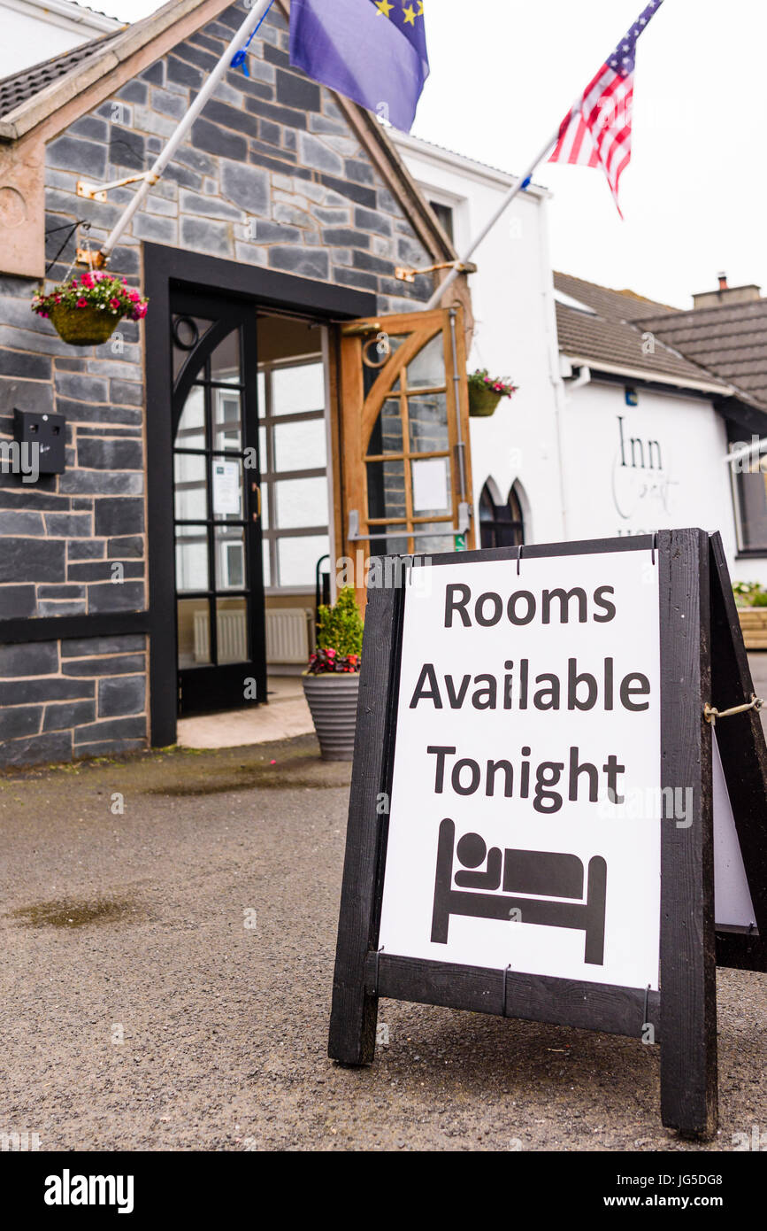 Sign advising that rooms are available outside the Inn on the Coast, Portstewart, County Londonderry, Northern Ireland. - Stock Image