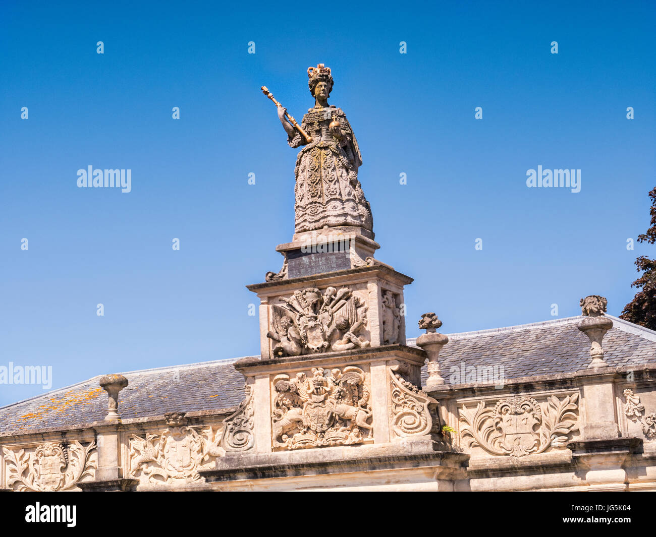 Statue of Queen Anne at Queen Anne's Walk, formerly the Mercantile Exchange, Branstaple, Devon, England, UK. - Stock Image