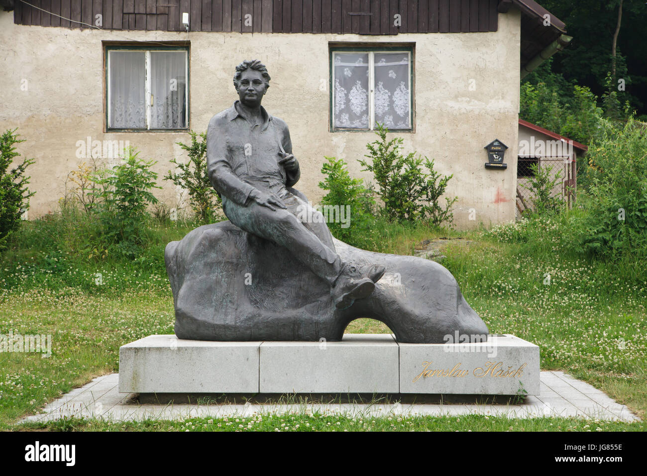Monument to Czech novelist Jaroslav Hašek by Czech sculptor Josef Malejovský (1983) in the village of Lipnice nad Stock Photo