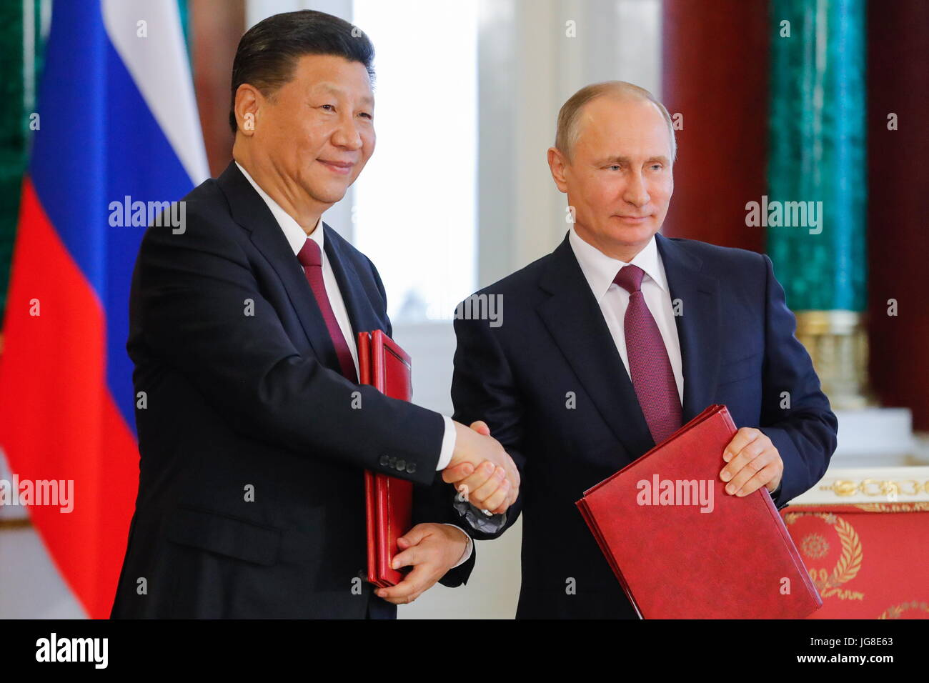 Moscow, Russia. 4th Jul, 2017. China's President Xi Jinping (L) and Russia's President Vladimir Putin shake - Stock Image