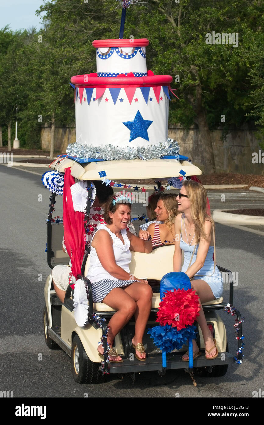 Sullivan's Island, South Carolina, USA. 4th July, 2017. A family rides along in a golf cart decorated as a birthday - Stock Image