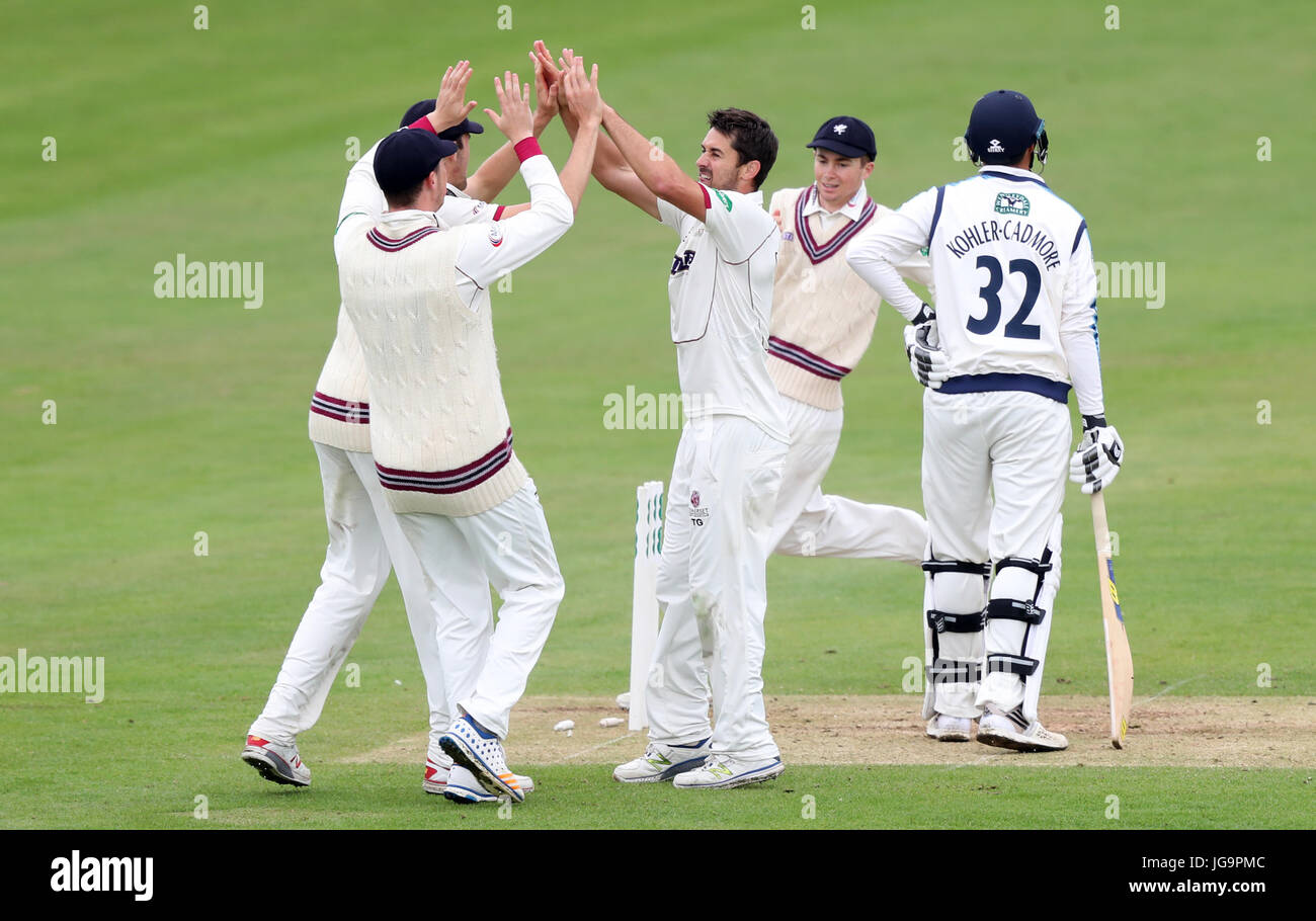 Somerset's Tim Groenewald (centre) celebrates taking the wicket of Yorkshire's Tom Kohler-Cadmore during - Stock Image