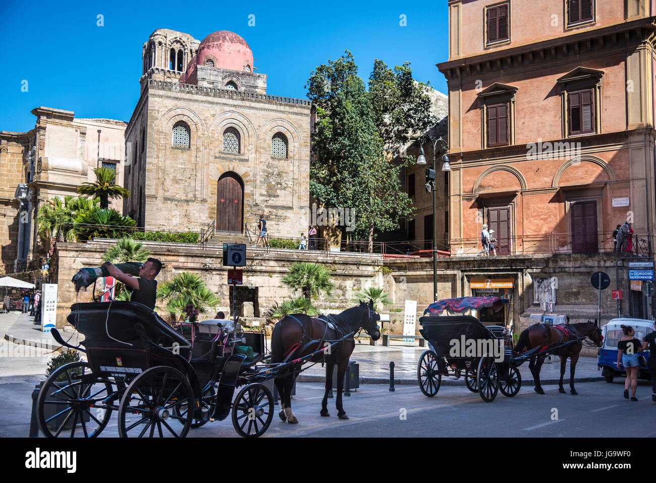 Horse and carriages waiting on the Via Maqueda  by Piazza Bellini and San Cataldo church. Palermo, Sicily, Italy. - Stock Image