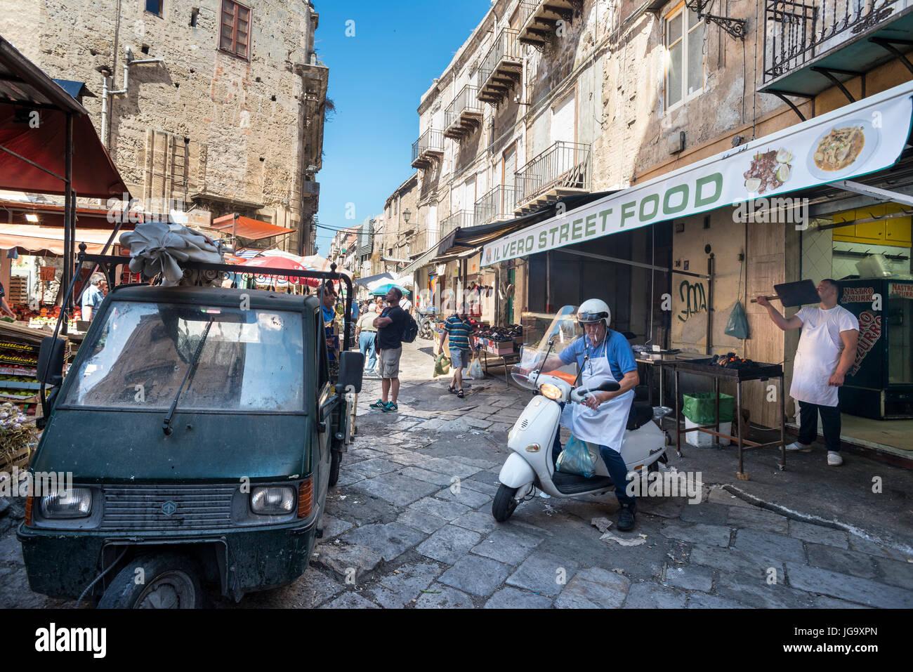 Street scene in The Ballaro Market in the Albergheria district of central Palermo, Sicily, Italy. - Stock Image
