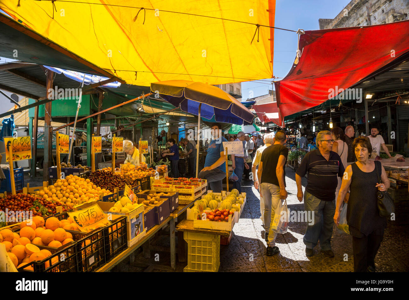 Colourful awnings in The Ballaro Market in the Albergheria district of central Palermo, Sicily, Italy. - Stock Image