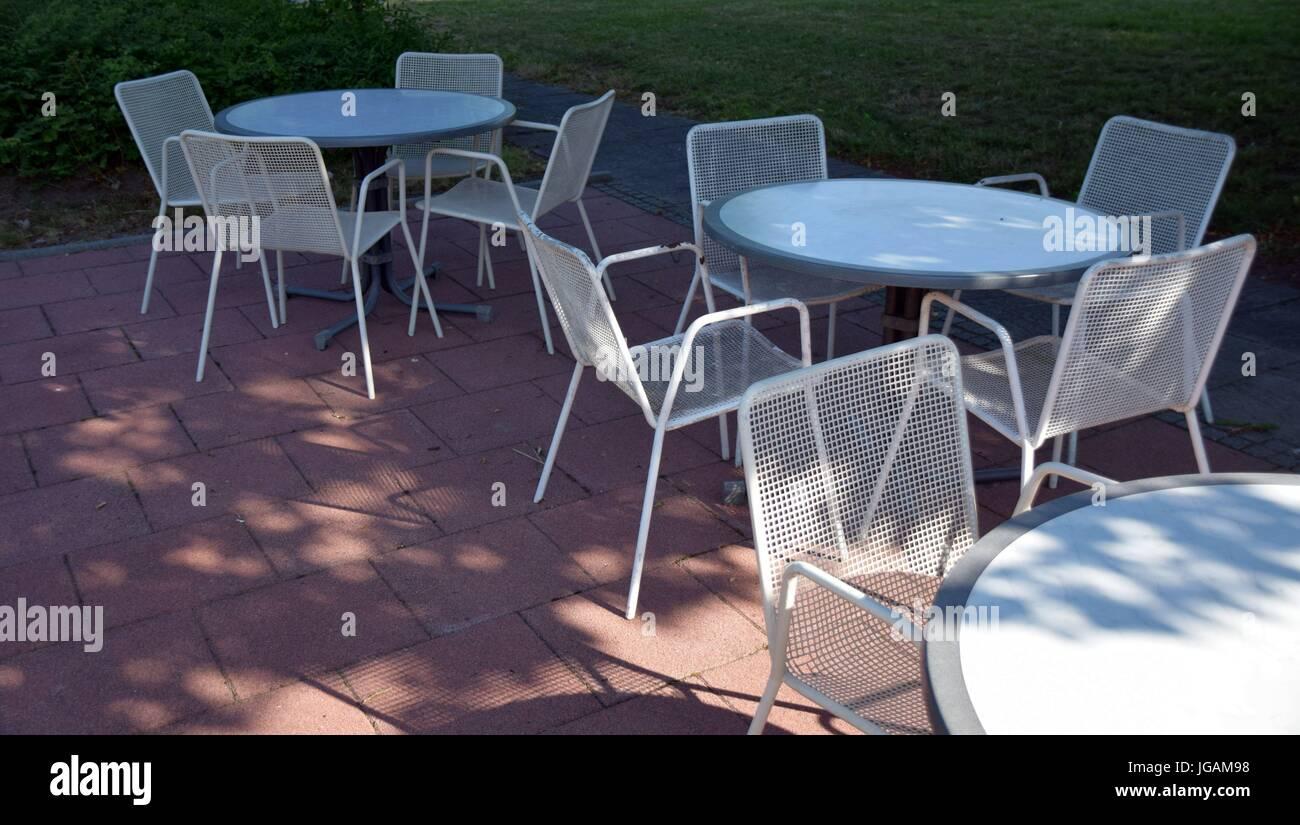 Sitzmöbel im Außenbereich, outdoor park bench - Stock Image