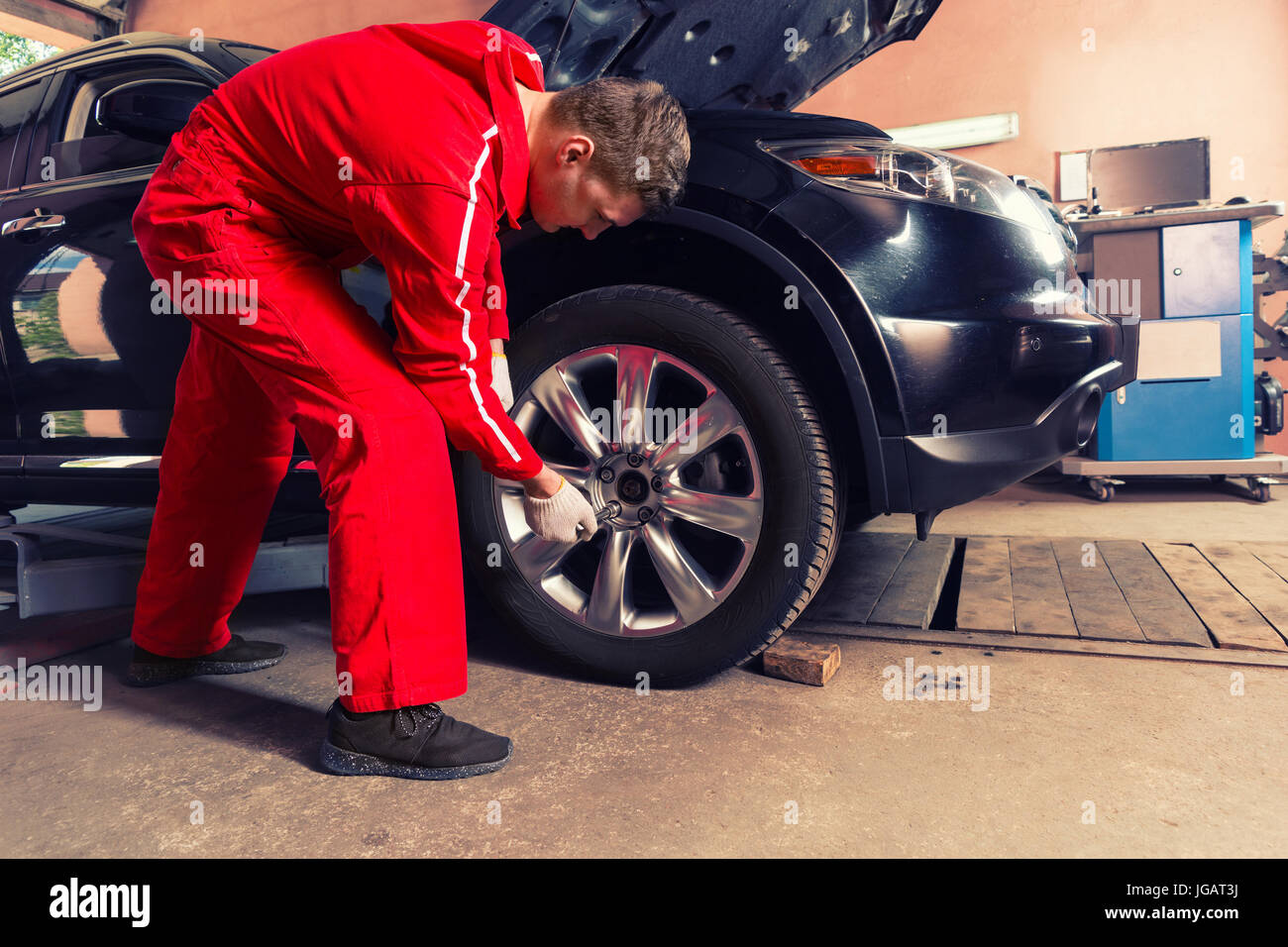 Auto Repair Nearby >> Young Concentrated Male Auto Mechanic Standing Near A Black