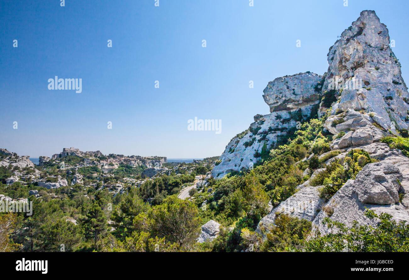 France, Provence, Bouches-du-Rhone department, Les Baux-de-Provence and Chateau des Baux set atop rocky limeston - Stock Image