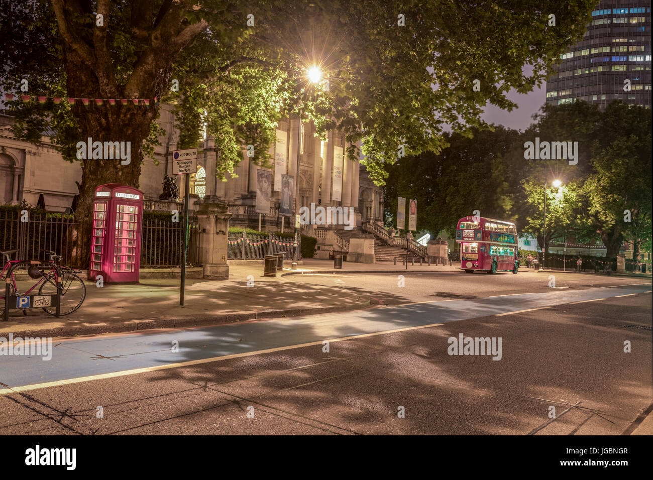 Red Phone Box and Bus in front of Tate Britain - Stock Image