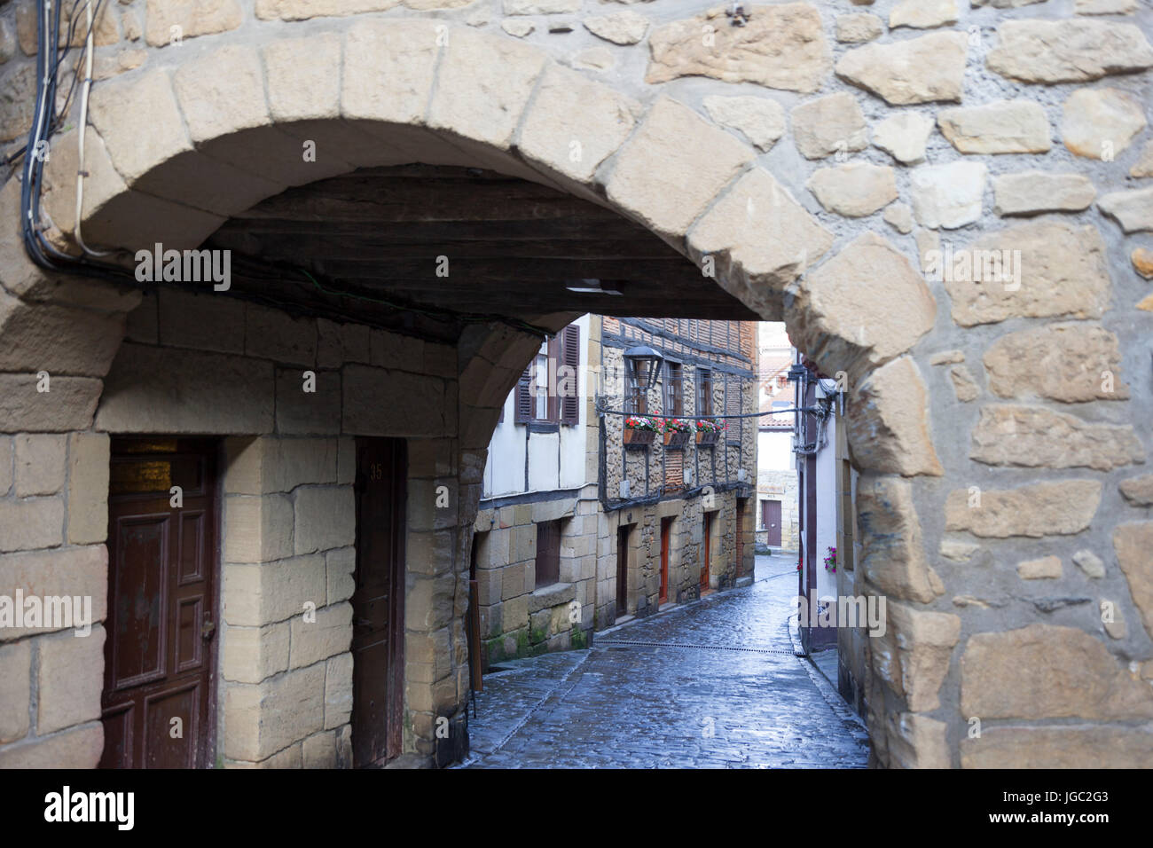 In the centre of Pasajes (Guipuzkoa - Spain), a view of a vaulted passage in the main street lined by pretty houses - Stock Image