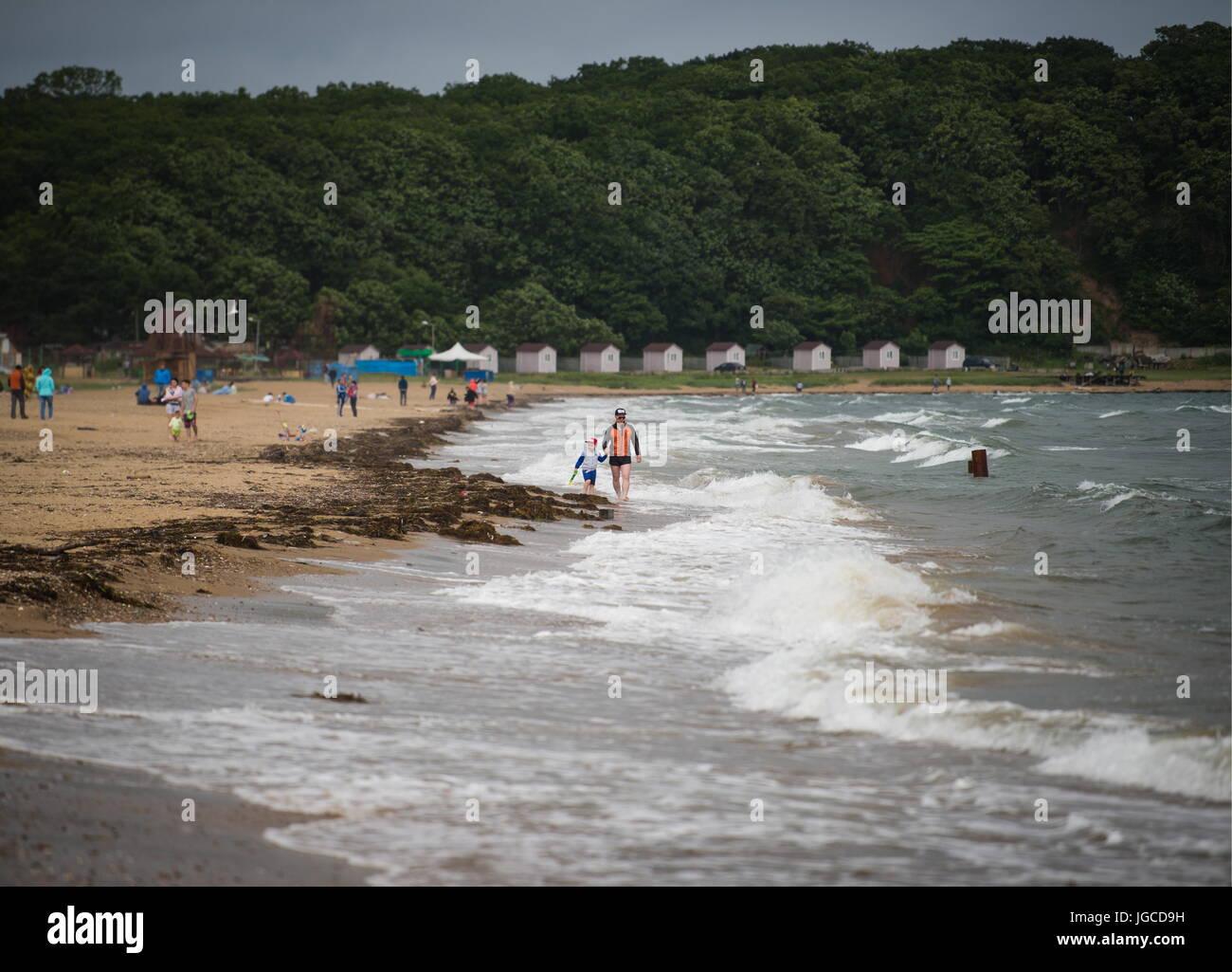 VLADIVOSTOK, RUSSIA - JUNE 25, 2017: People on the beach in Lazurnaya Bay in the city of Vladivostok on Russia's - Stock Image