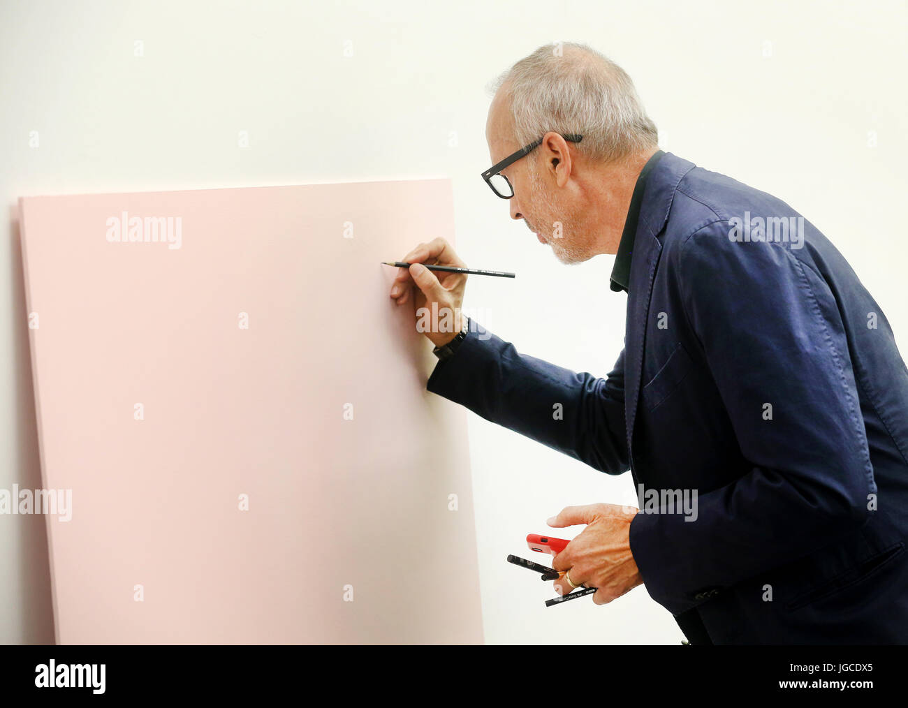 Duisburg, Germany. 05th July, 2017. The Austrian sculptor Erwin Wurm draws a picture titled 'Leibesübung - Stock Image