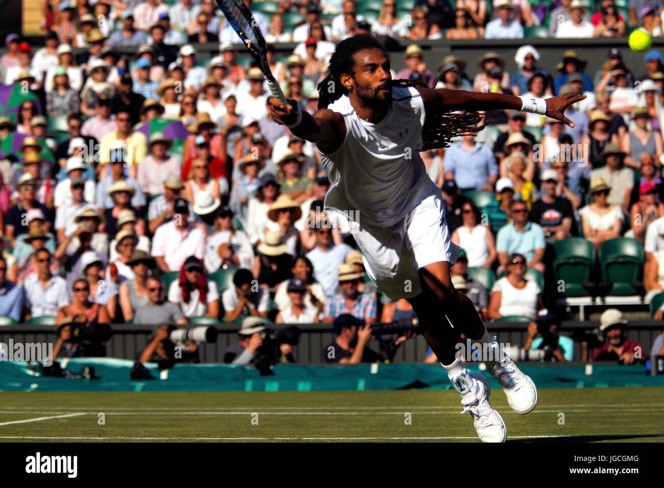 London, UK. 05th July, 2017. London, 5 July, 2017 - Dustin Brown of Germany reaches for a volley during his second - Stock Image