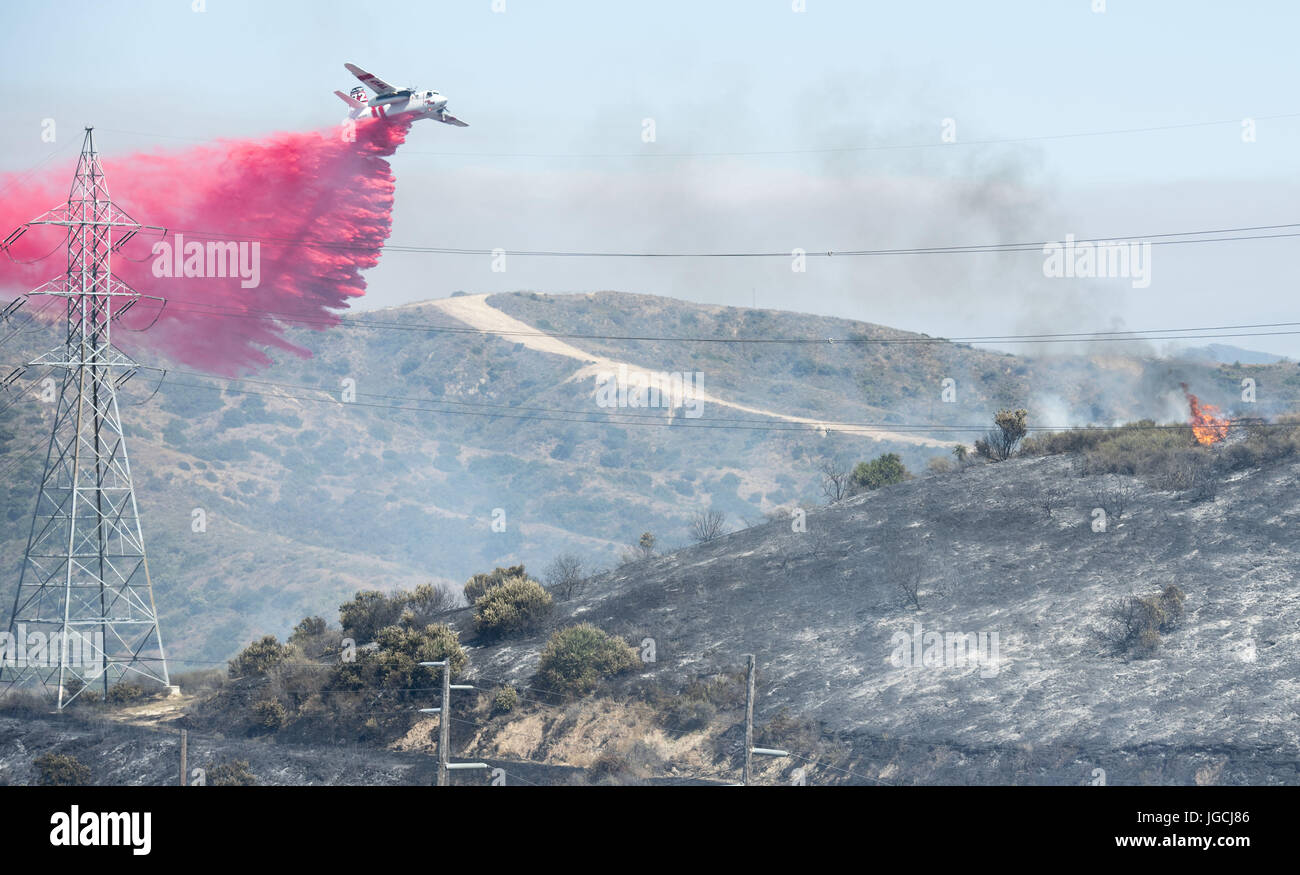 San Clemente/Talega, California, USA. 5th July, 2017. A Cal Fire Grumman S-2T air tanker comes over the fire line - Stock Image