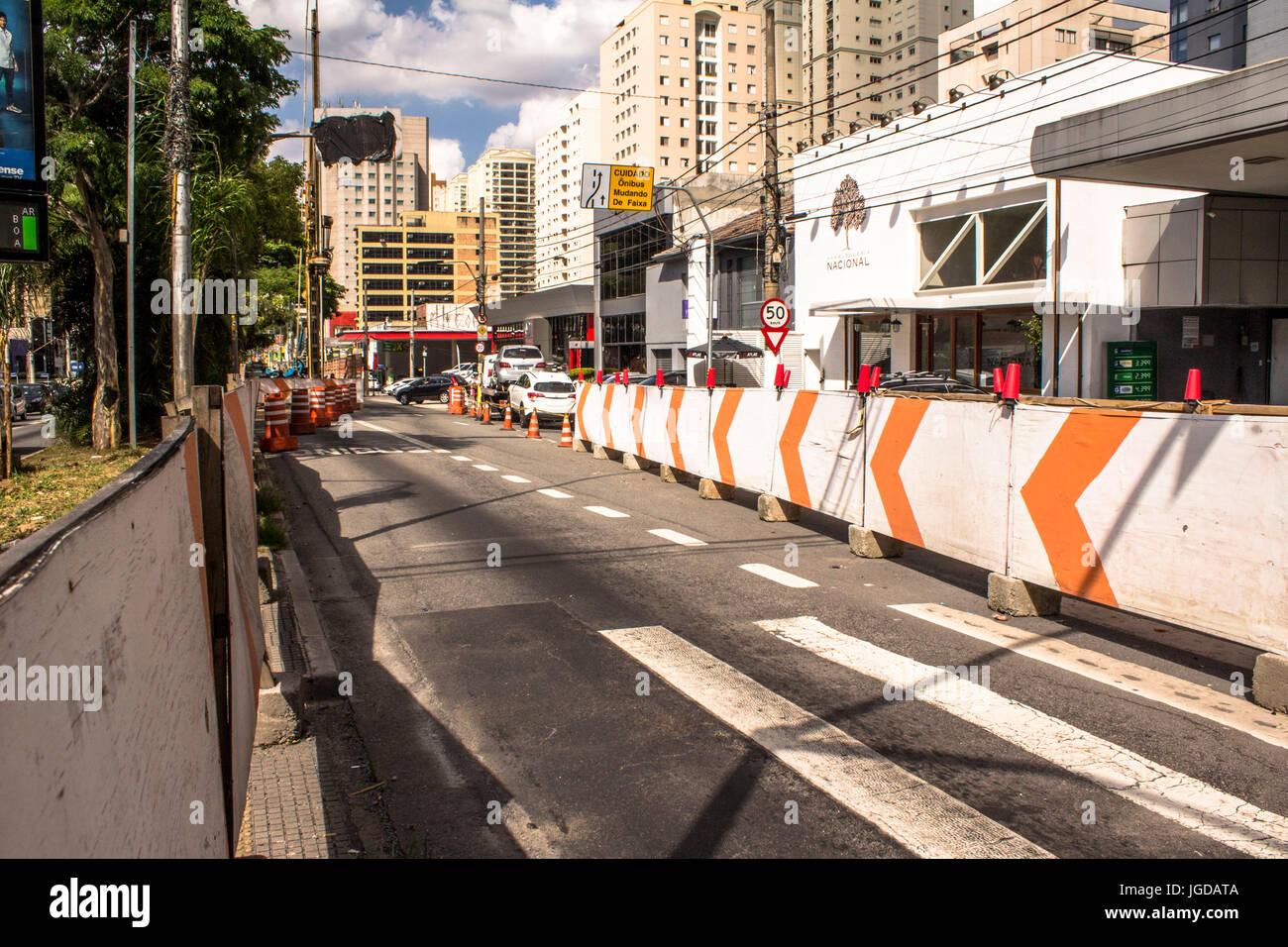 Sidings, cones, bus lane, Ibirapuera Avenue, 11.12.2015, Capital, São Paulo, Brazil. - Stock Image