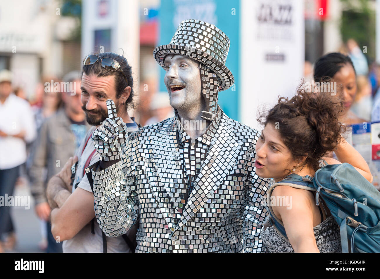 Mime artist posing with two people at Montreal Jazz Festival - Stock Image