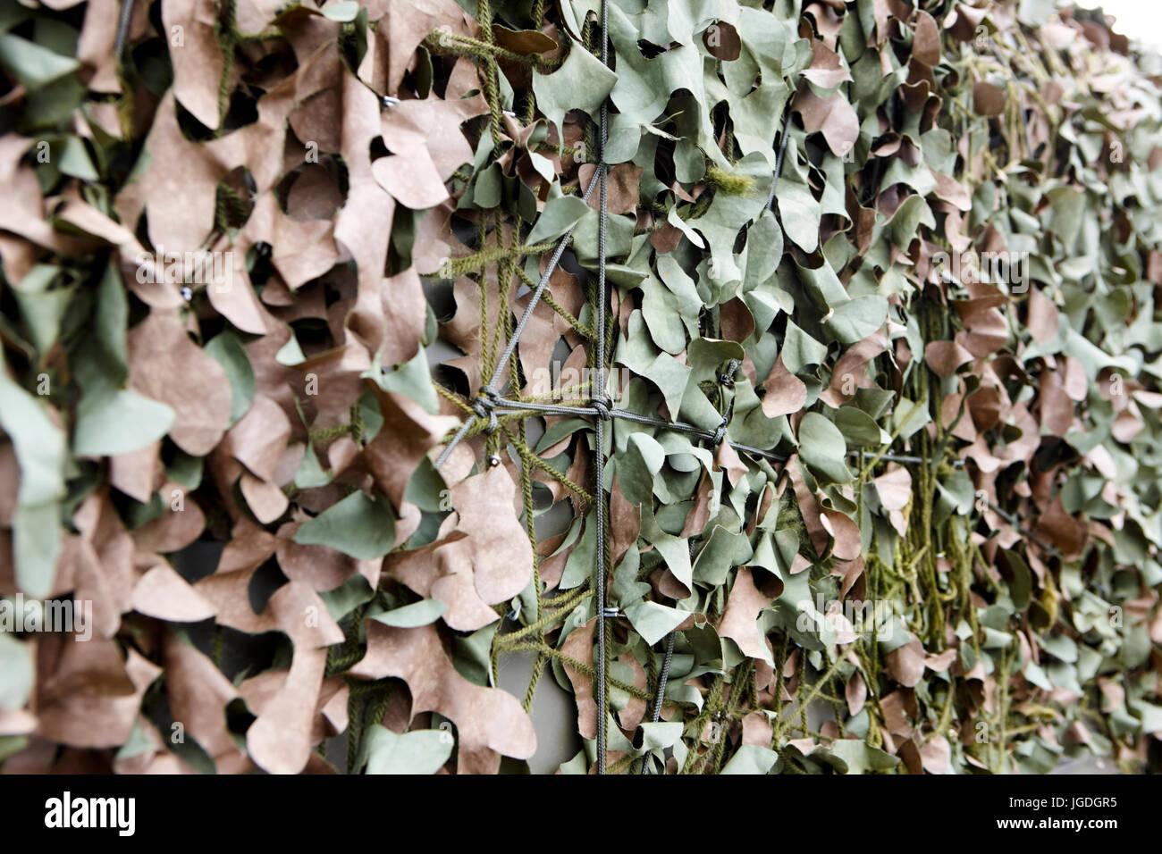 british army old style woodland camouflage netting coating for vehicles uk - Stock Image