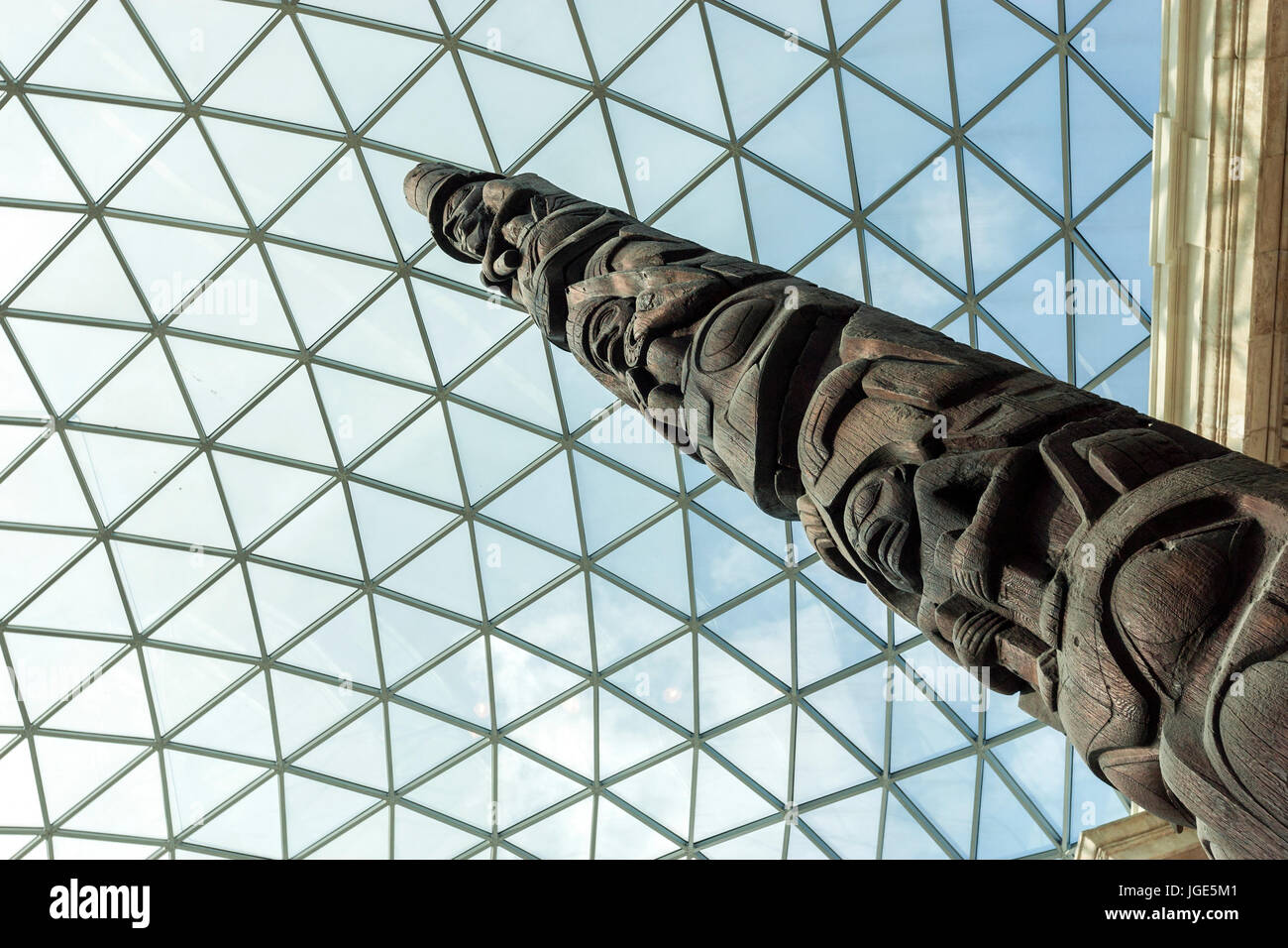 Haida Totem pole from British Columbia, The British Museum Elizabeth II Great Court designed by Foster and Partners, - Stock Image