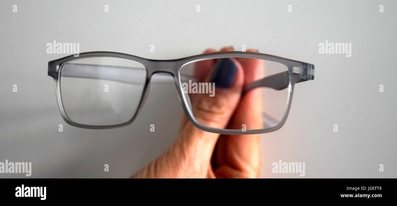 fingers make signs, Handzeichen, glasses in the Hand, Brille in der Hand - Stock Image