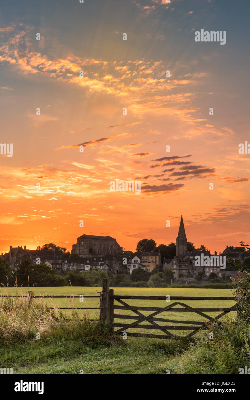UK Weather - After a week of hot weather in the west, a colourful sunrise over the Wiltshire town of Malmesbury - Stock Image