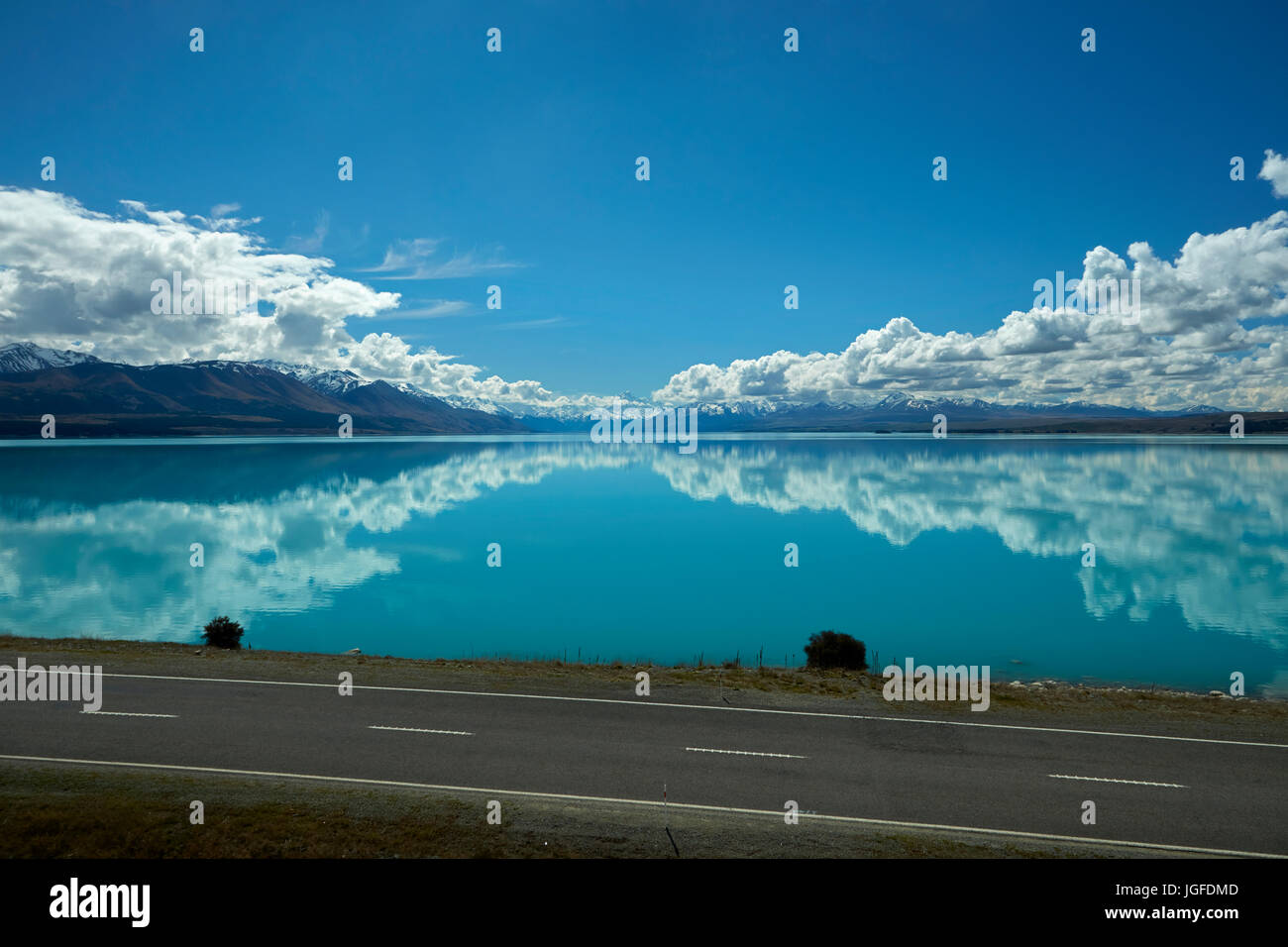 State Highway 8, and Aoraki / Mount Cook reflected in Lake Pukaki, Mackenzie Country, Canterbury, South Island, - Stock Image