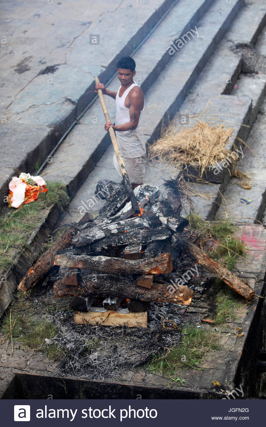 A Hindu cremation at Pashupatinath Temple. - Stock Image