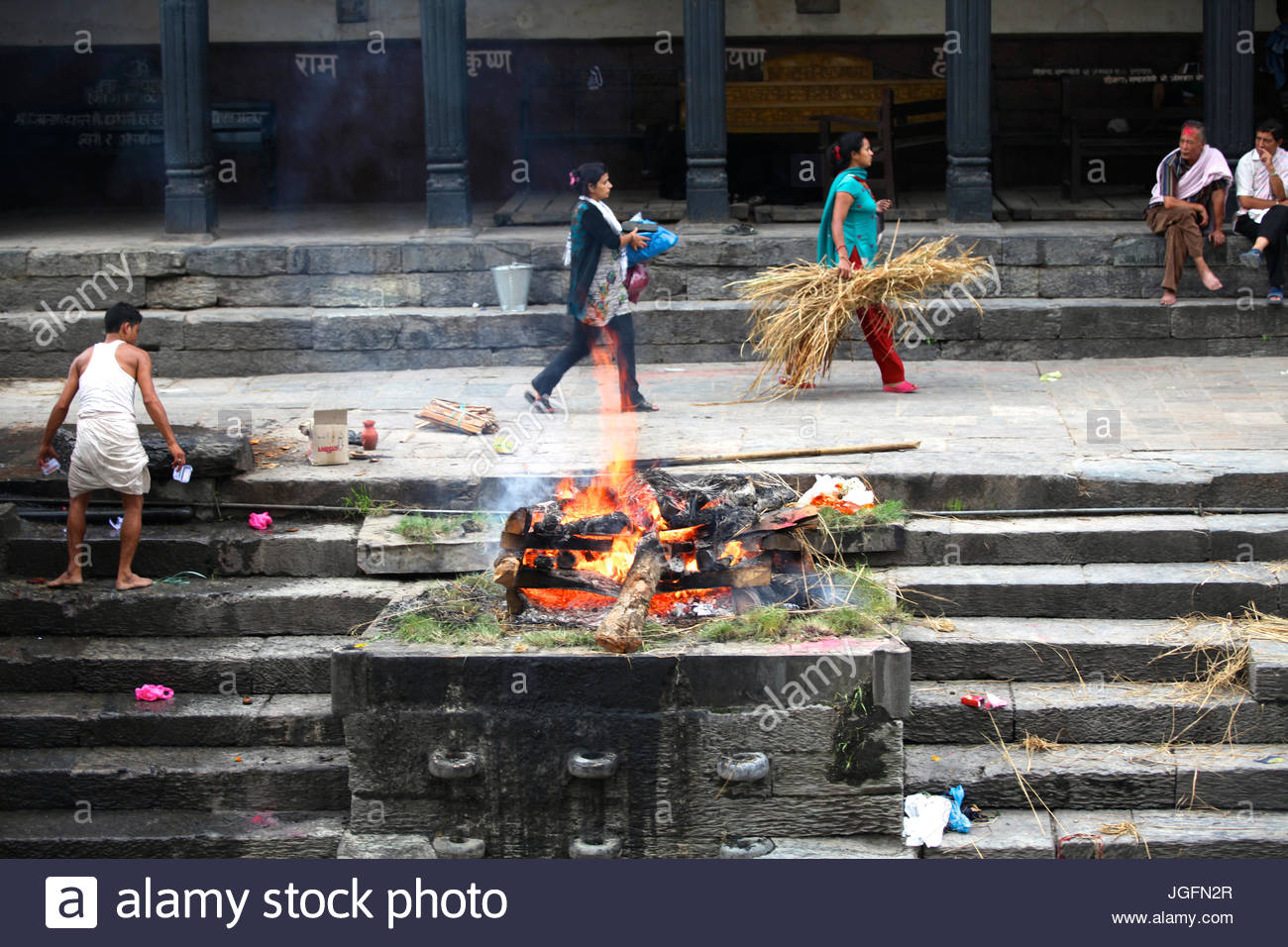 Hindu cremation at Pashupatinath Temple. - Stock Image