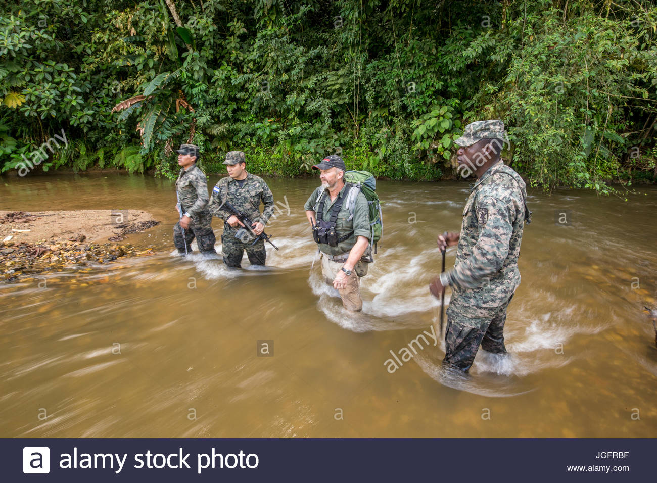 Honduran troops and an SAS soldier on an expedition to explore the ruins of a pre-Colombian city in the Mosquitia - Stock Image