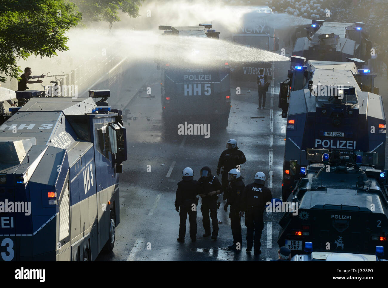 """Hamburg, Germany. 6th July, 2017. GERMANY, Hamburg, protest rally """"WELCOME TO HELL"""" against G-20 summit, tear gas Stock Photo"""