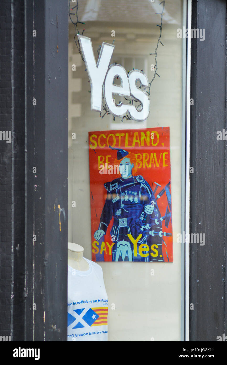 pro scottish independence window display with Yes sign -  pro independent Scotland hub in the centre of Fort William, - Stock Image