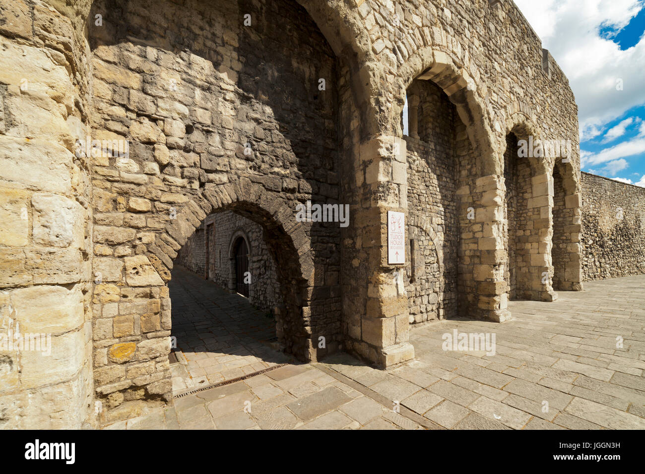 The Old City wall Arcades and gateway leading to Blue Anchor Lane, Western Esplanade, Southampton. - Stock Image