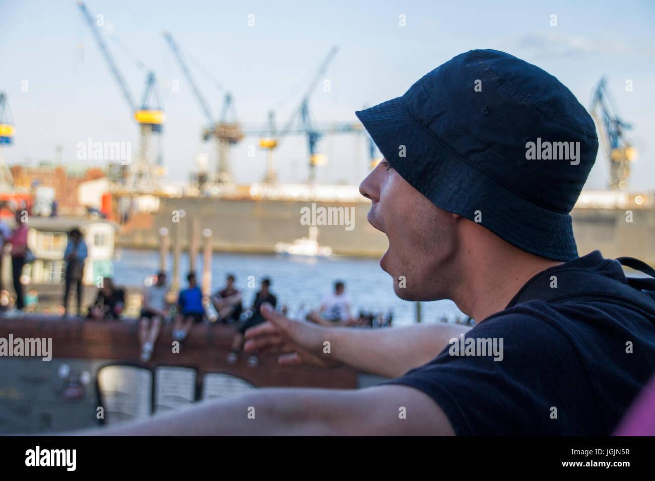 Hamburg, Germany. 6th Jul, 2017. Fishmarket/Hamburg - Germany July 6, 2017: Protestant is cursing at the police. Stock Photo