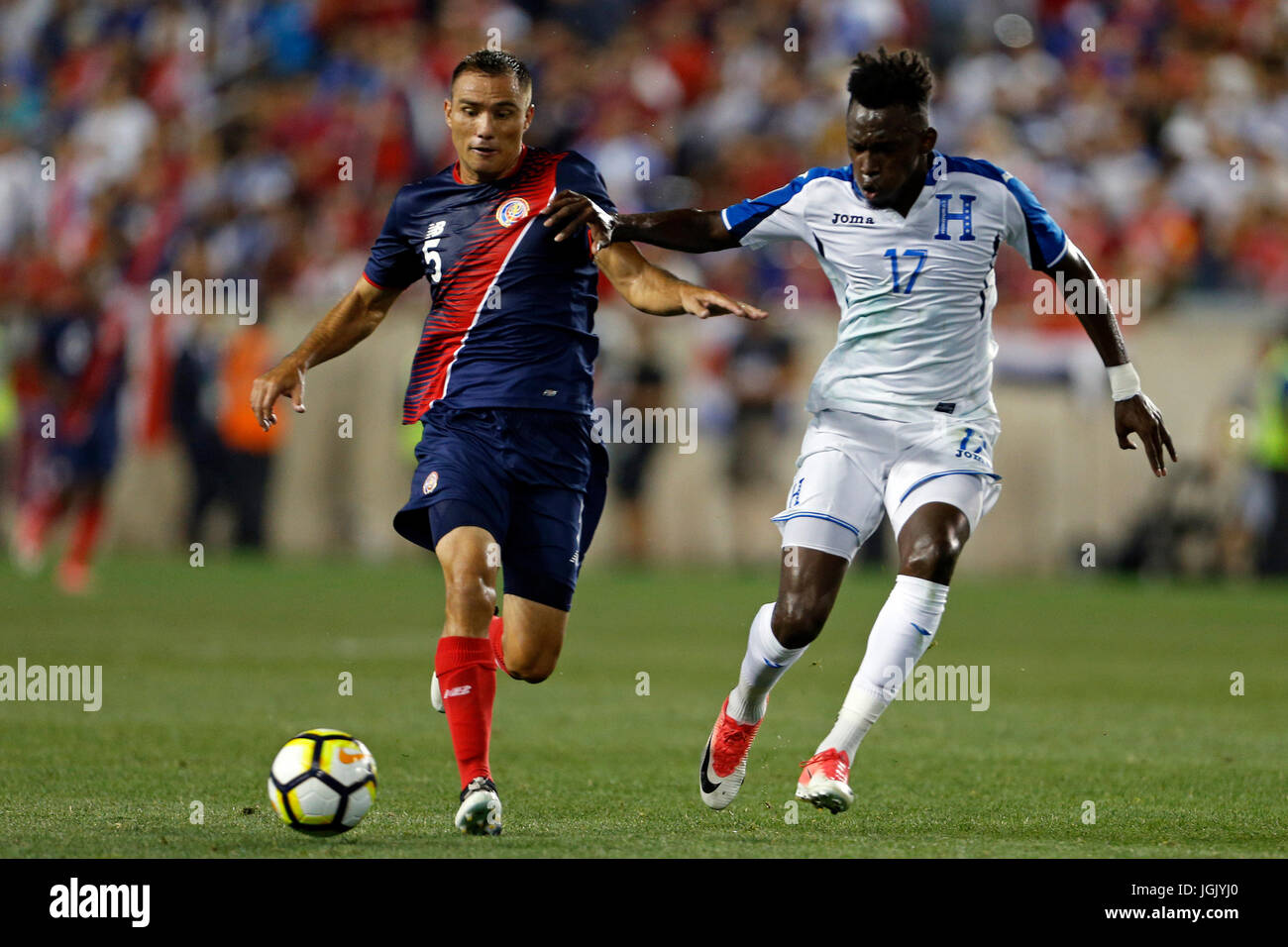 Costa Rica defender Kenner Gutierrez (L) battles for the ball with Honduras forward Alberth Elis during the second - Stock Image