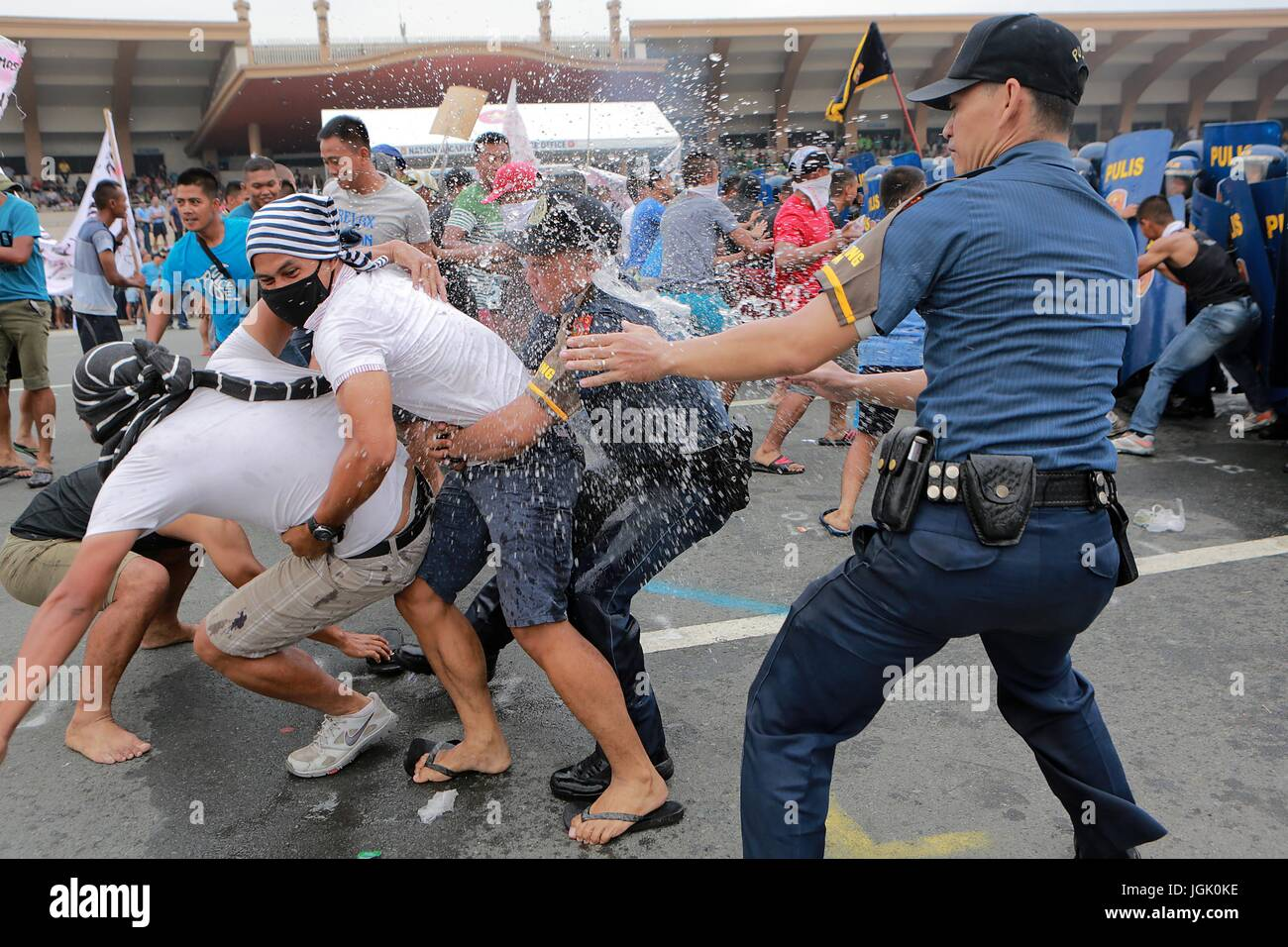 Manila, Philippines. 8th July, 2017. Mock activists are arrested by policemen during the annual Philippine National - Stock Image