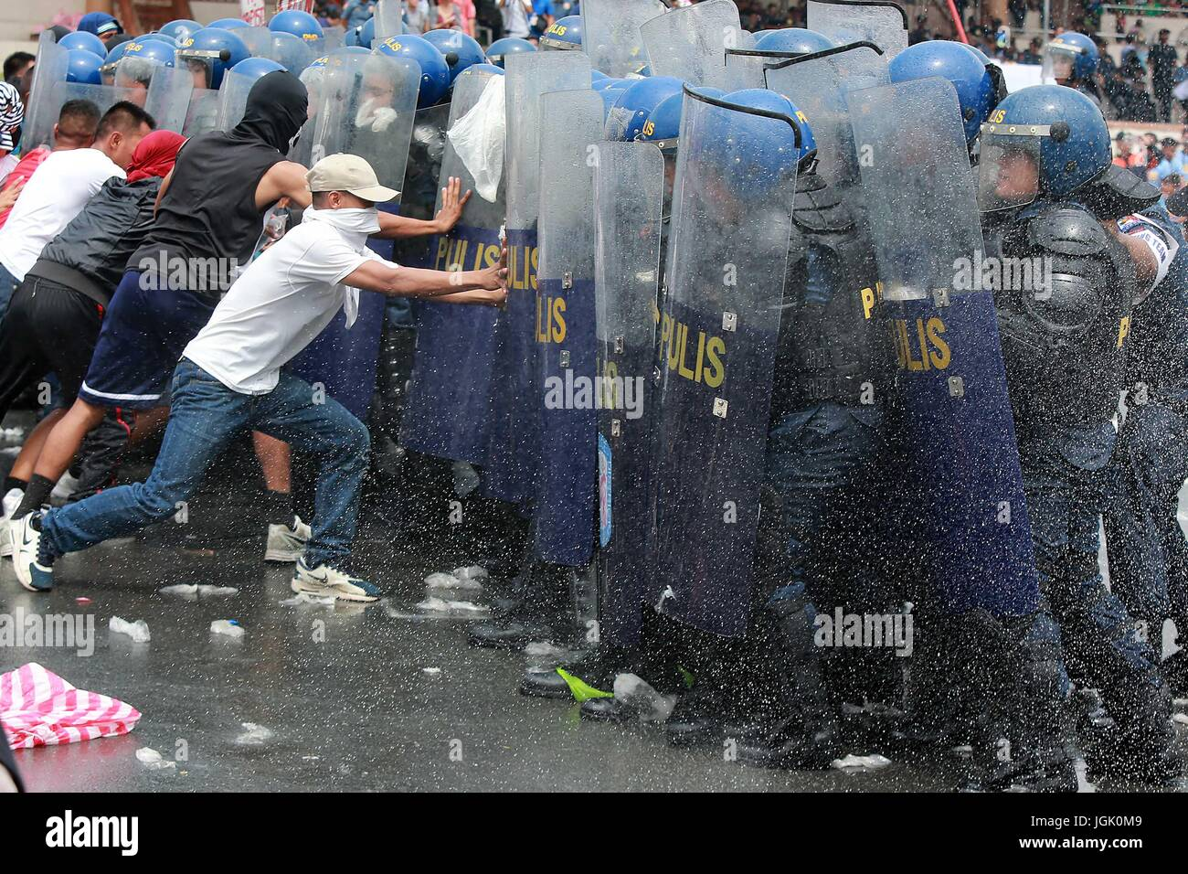 Manila, Philippines. 8th July, 2017. Mock activists are blocked by policemen during the annual Philippine National - Stock Image