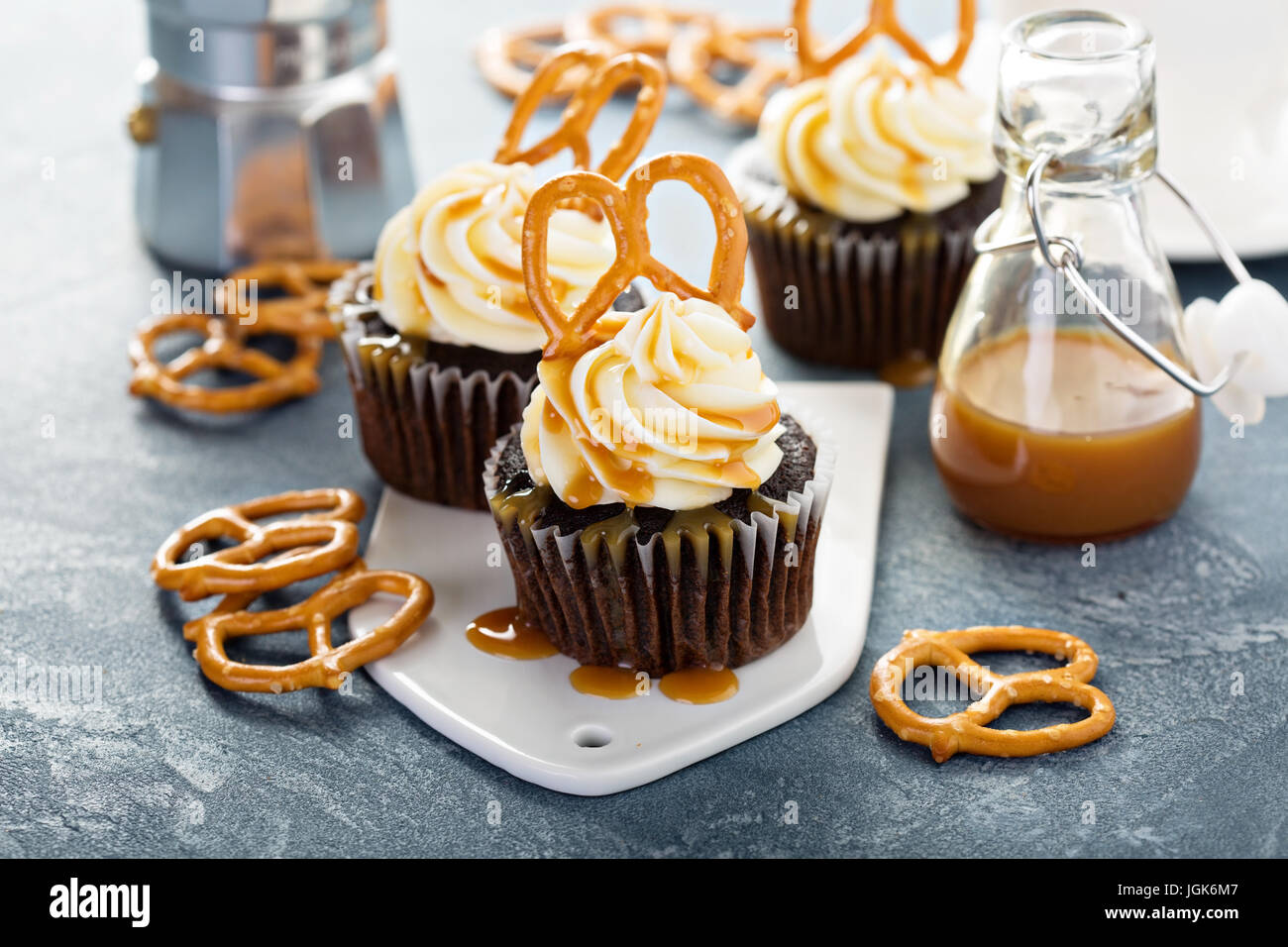 Salted caramel cupcakes with pretzels - Stock Image