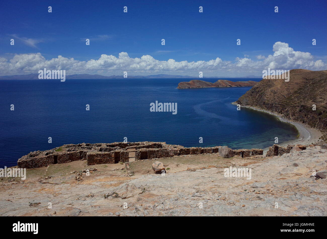 Stunning view of the Chincana Ruins overlooking the beach on the Isla del Sol on Lake Titicaca - Stock Image