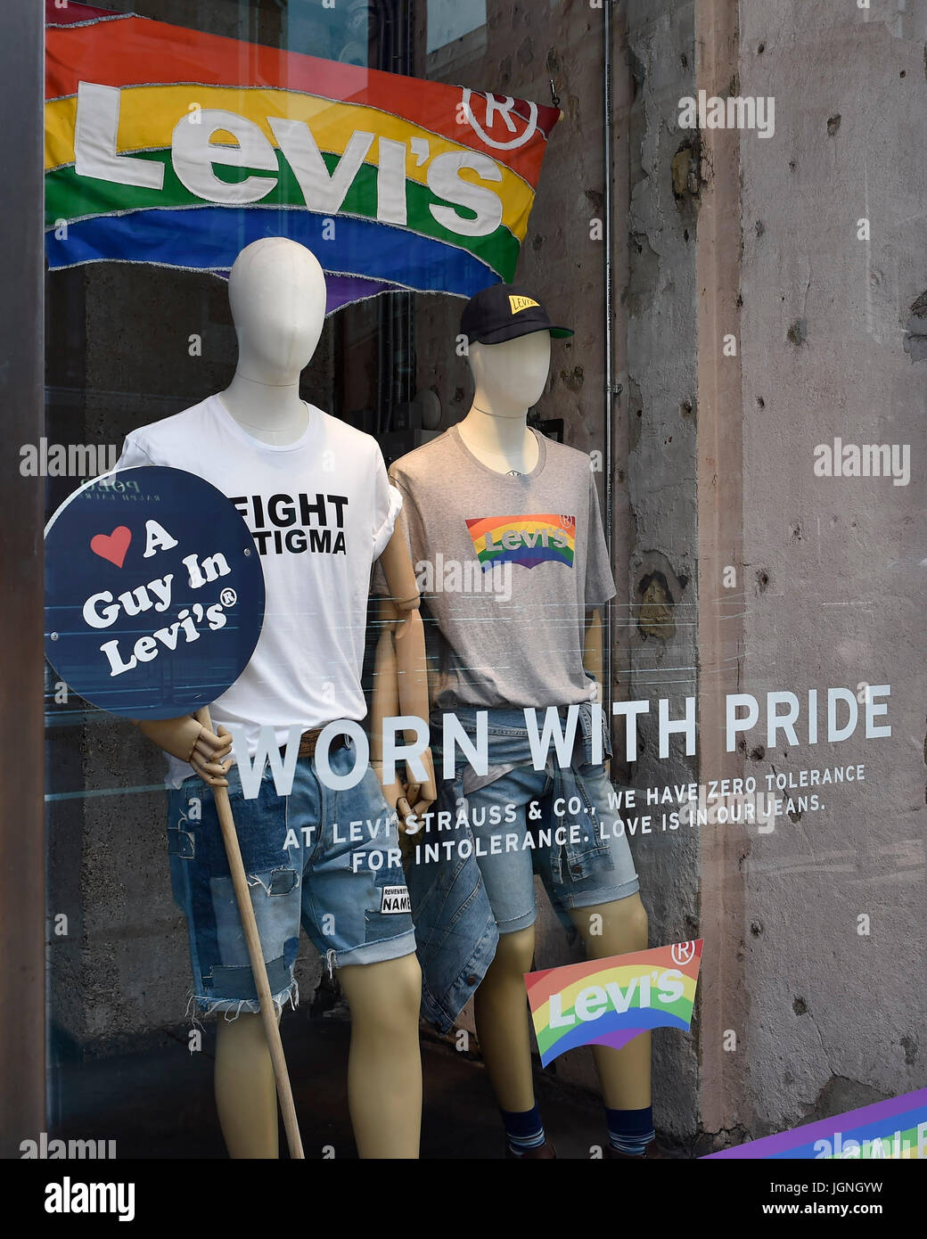 London, UK. 08th July, 2017. The Levi's shop on the Regent Street decorated in Rain Row colour in celebration - Stock Image