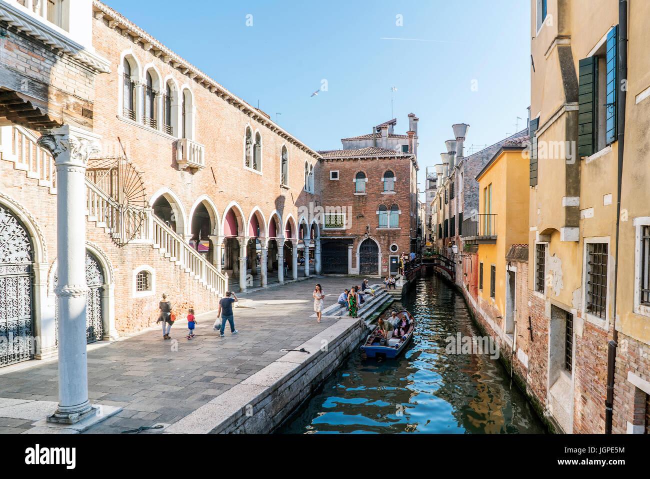"""Venice, Veneto, Italy. May 21, 2017: Narrow channel next to the fish market near the street called """"de la Pescaria"""" Stock Photo"""