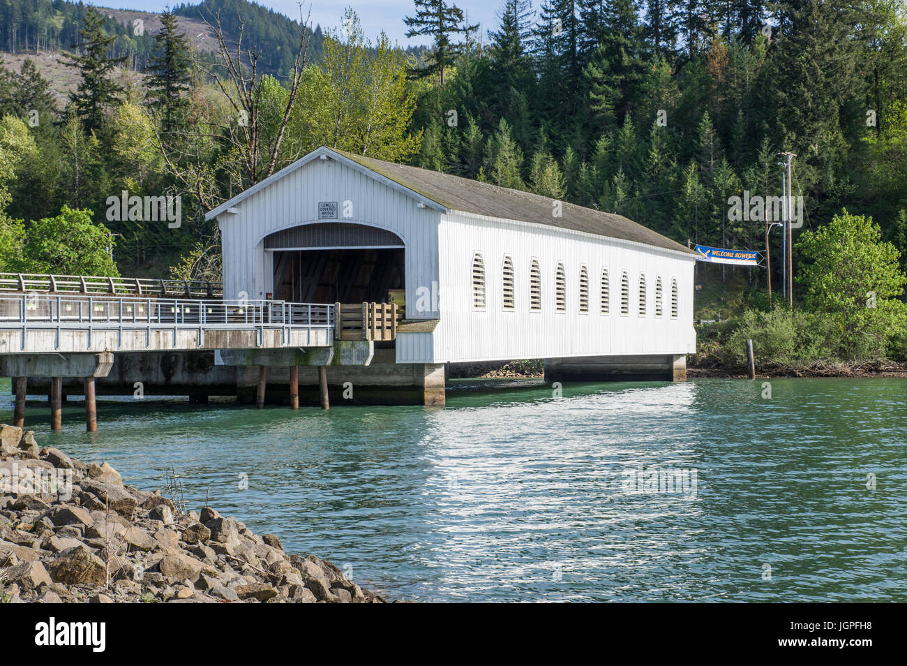 Historic Lowell Covered Bridge crosses the middle fork of the Willamette RIver.  Lowell, Oregon - Stock Image