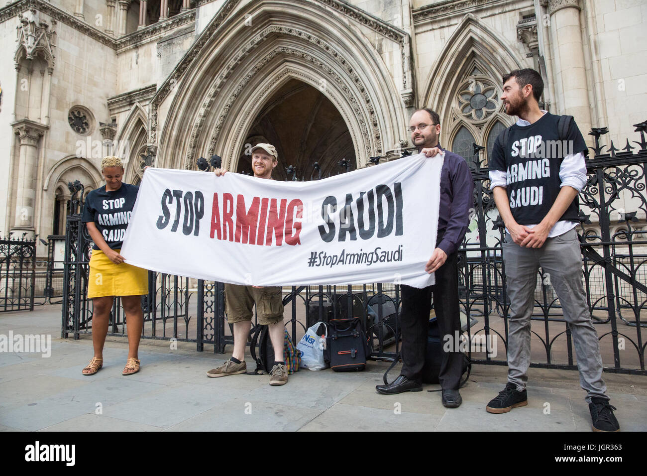 London, UK. 10th July, 2017. Supporters of Campaign Against the Arms Trade (CAAT) stand outside the High Court following - Stock Image