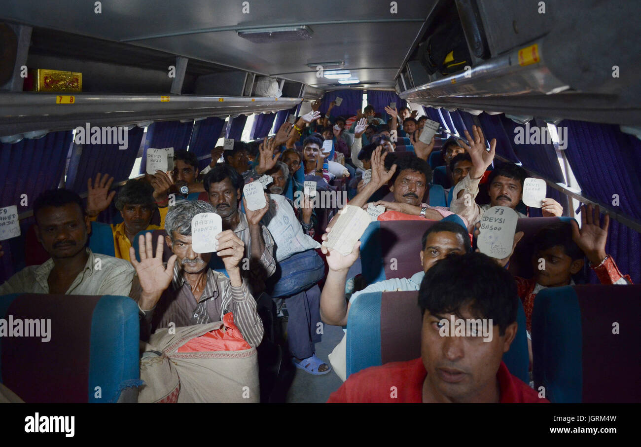 Indian fishermen sowing their name cards as they reach city railway station. Pakistan released 220 Indian fishermen - Stock Image