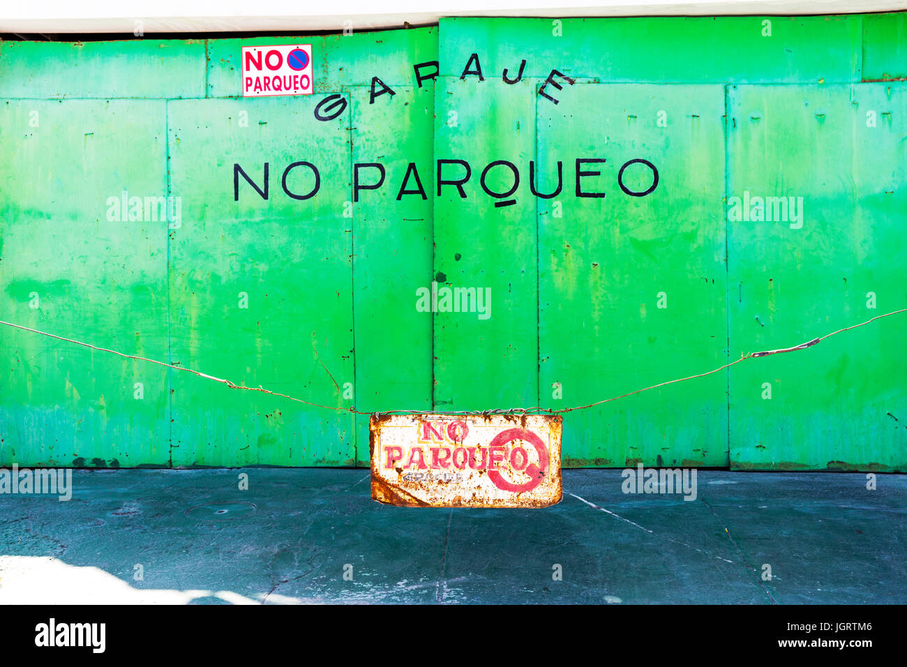 No parking sign, No Parking, garage no parking, garaje no parqueo, parking restriction, no parking signs, parking - Stock Image