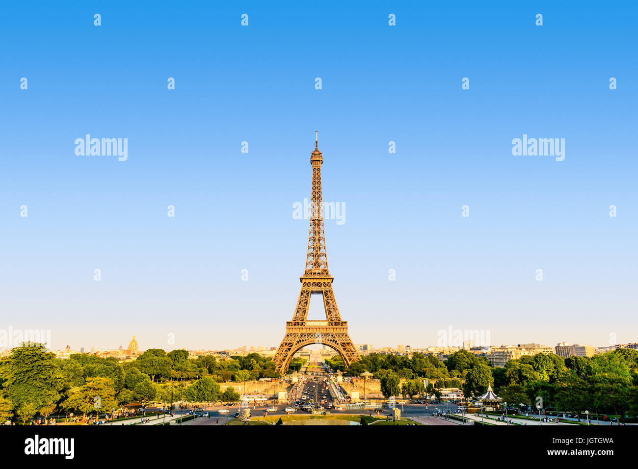 The Eiffel tower seen from the Trocadero esplanade in a warm light at sunset. - Stock Image