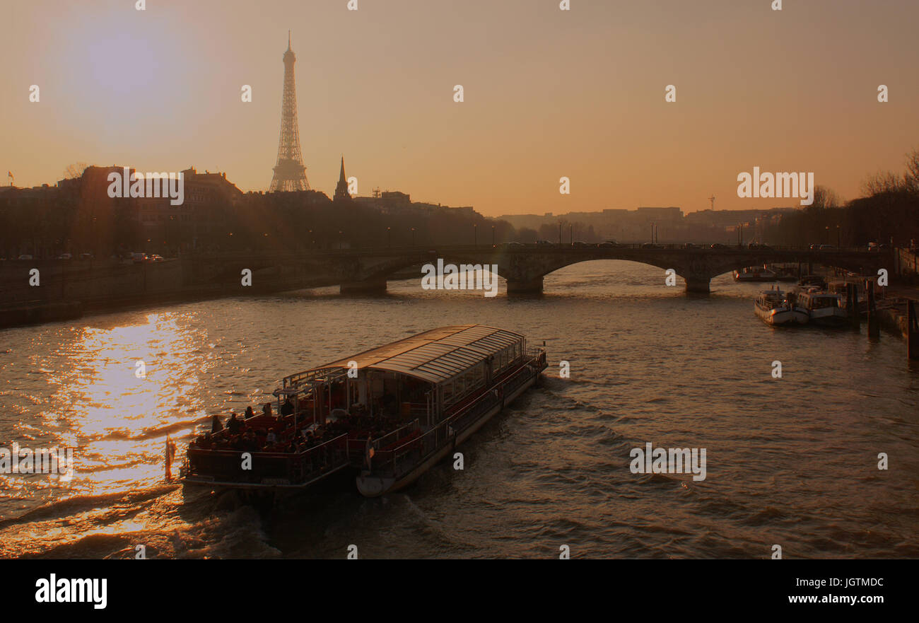 Eiffel Tower, Pont des Invalides, 7° & 8° arrondissements, Ile-de-France, Paris, France - Stock Image